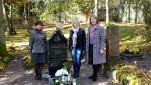M.Jankaus muziejaus darbuotojos prie kapo Bitėnuose