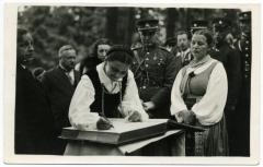 Svečiai pasirašo Amžinojoje Rambyno kalno knygoje