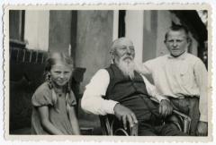 Patriarchas Martynas Jankus su vaikaičiais Ieva ir Jurgiu