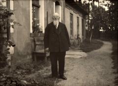 Martynas Jankus prie spaustuvės pastato