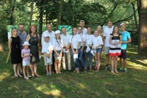 Jaunųjų dailininkų plenero dalyviai su svečiais ir savivaldybės vadovais.