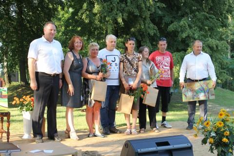 Tarptautinio tapybos plenero dalyviai su LR Seimo vicepirmininku K.Komskiu ir Pagėgių savivaldybės meru V.Komskiu