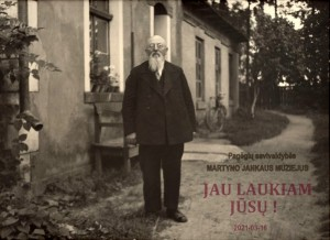 Martynas Jankus prie savo spaustuvės Bitėnuose, apie 1937 m.